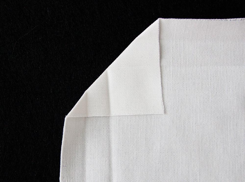 Näin ompelet pöytäliinan kulmiin kauniit taitokset sekä
