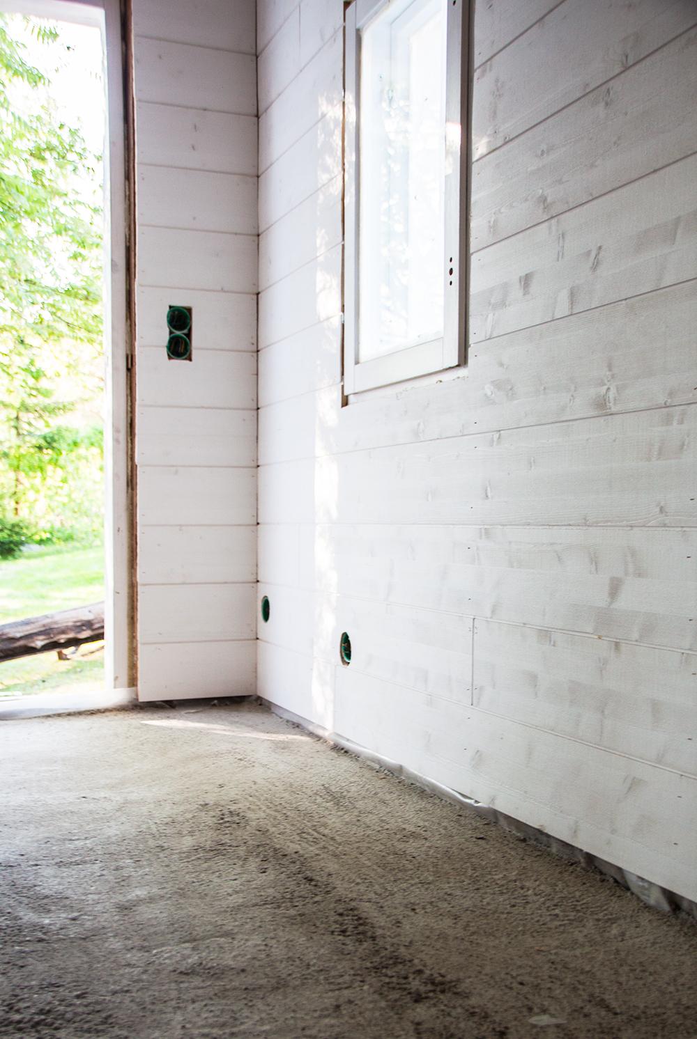 Rantarakennus edistyy – lattialämmitystä ja paneelivalintoja.