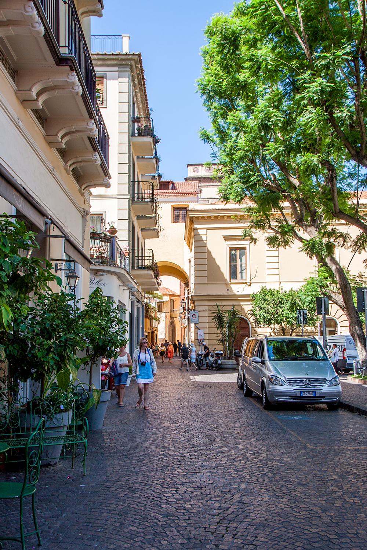 Sorrento ja Sant'Agnello – kun turistiaallot ja idyllinen italialainen pikkukylä kohtaavat.