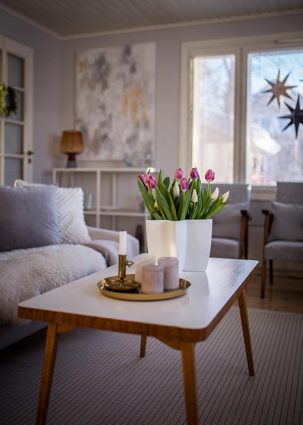 """""""Kevättä"""" olohuoneessa ja uusi taulu"""